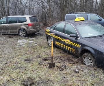 TPVA dvieju automobiliu istraukimas uzklimpus purve