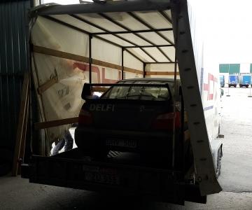 TPVA dengtas sportinio N40 automobilio transportavimas